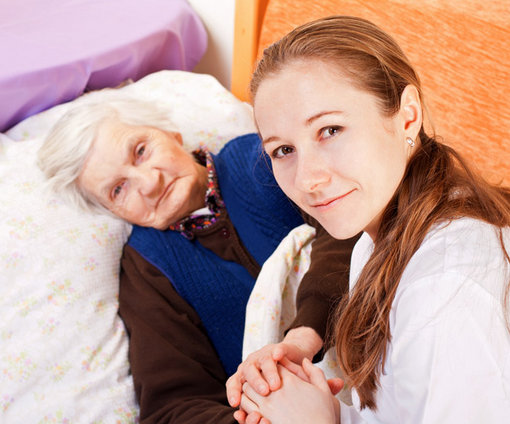 kvinna-säng-håller-hand
